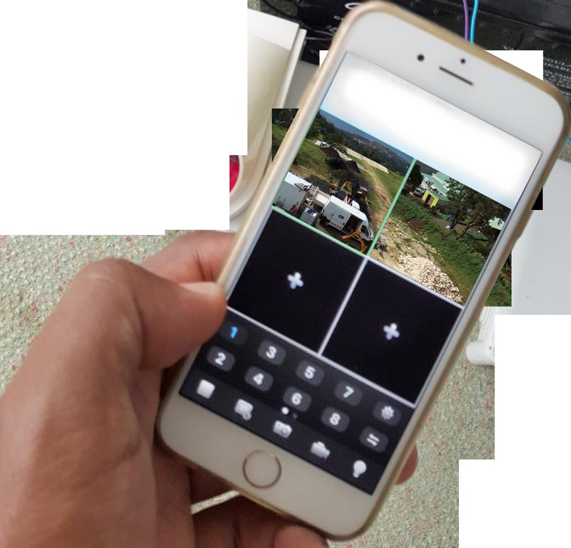 téléphone en main maison connectée domotique